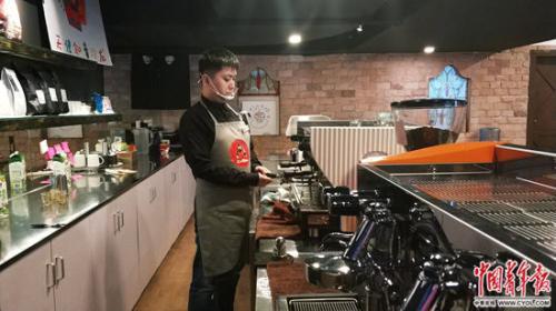 咖啡馆内的店员